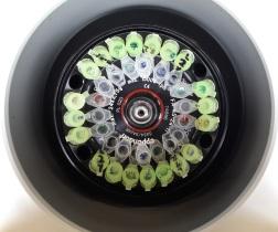 Blick in eine mit Probengefäßen beladene Zentrifuge