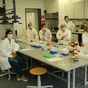 Beim Workshop zu CRISPR-Cas im Gläsernen Labor auf dem Campus Berlin-Buch: (von links) MdB Katrin Staffler, CDU/CSU; Bärbel Riedel (Mitarbeiterin von MdB Katrin Staffler); MdB Carina Konrad, FDP; Ulf Lüdecke (Mitarbeiter von MdB Kees de Vries); MdB Mario Brandenburg, FDP; MdB Kees de Vries, CDU/CSU; Ulrike Mittmann (stehend, Gläsernes Labor); MdB Ingrid Pahlmann, CDU/CSU, und Wolfgang Nellen (stehend, Science Bridge)