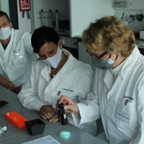 Beim Workshop zu CRISPR-Cas im Gläsernen Labor auf dem Campus Berlin-Buch: (von links) MdB Mario Brandenburg, FDP; MdB Carina Konrad, FDP, und MdB Ingrid Pahlmann, CDU/CSU